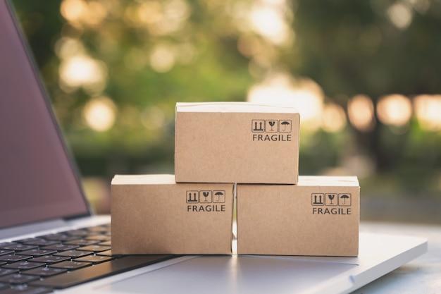 Concept de service de vente en ligne ou de commerce électronique Photo Premium