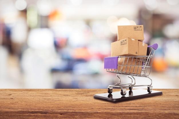 Concept de shopping en ligne facile, concept de commerce en ligne ou commerce électronique Photo Premium