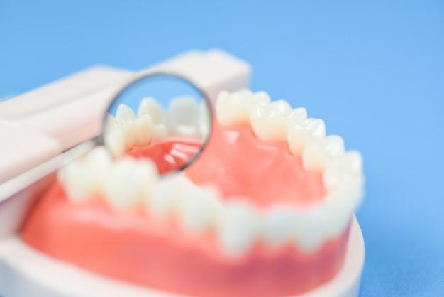 Concept De Soins Dentaires - Outils De Dentiste Avec Des Instruments De Dentisterie Dentaire Et Vérification De L'hygiène Dentaire Et De L'équipement Avec Modèle De Dents Et Miroir Buccal Photo Premium