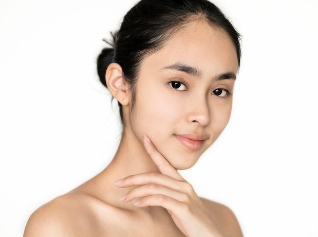 Concept de soins de la peau isolé jeune portrait de jeune fille asiatique Photo gratuit