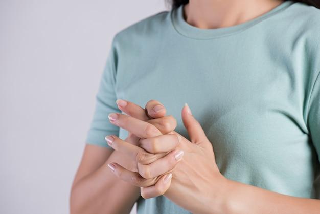 Concept de soins de santé et médical. gros plan, femme, craquer, doigts Photo Premium
