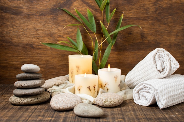 Concept spa avec des bougies allumées et des serviettes Photo gratuit