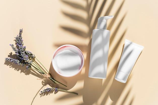 Concept De Spa Crème Et Ombres à La Lavande Photo Premium