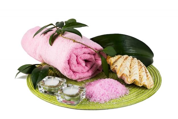 Concept spa avec du sel de mer rose et des bougies Photo Premium