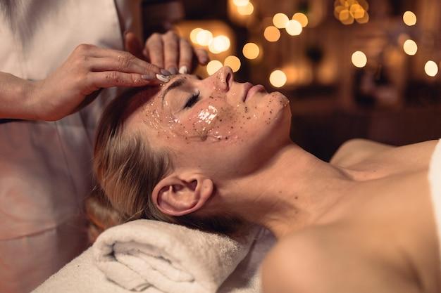 Concept De Spa Avec Une Femme Avec De La Crème Au Visage Photo gratuit