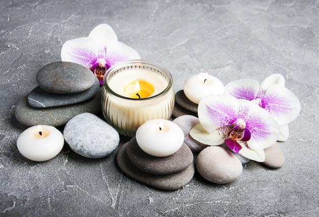 Concept de spa avec des fleurs d'orchidées Photo Premium