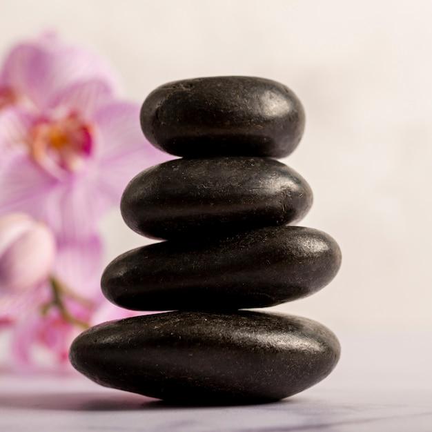 Concept de spa avec de petites pierres brillantes Photo gratuit