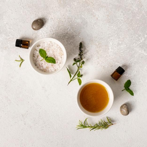Concept de spa vue de dessus avec des sels et des pierres Photo gratuit
