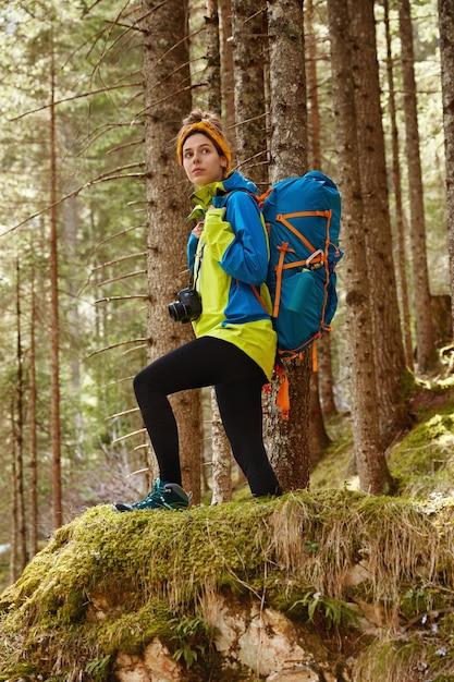Concept De Sport, De Loisirs Et De Camping. Tir Complet De La Randonneuse Active Surmonte La Longue Distance, Vêtue De Vêtements Confortables Photo gratuit