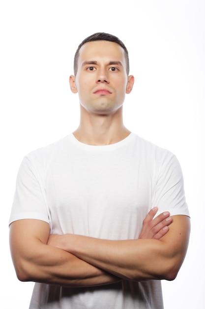 Concept De Style De Vie Et De Personnes: Beau Jeune Homme Vêtu D'un T-shirt Blanc Photo Premium