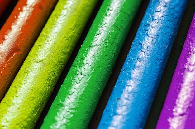 Concept de symbole lgbt. les pipes sont peintes dans la couleur du drapeau arc-en-ciel Photo Premium