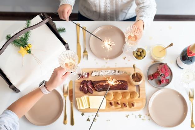 Concept de table de dîner de famille de noël. fête de noël Photo Premium