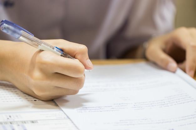 Concept de test de l'éducation: lycée des mains d'homme, étudiant à l'université tenant un crayon pour tester les examens Photo Premium