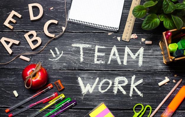 Concept de travail d'équipe, bureau avec accessoires de bureau Photo Premium