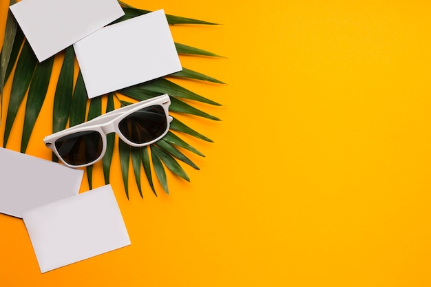 Concept de vacances d'été plat laïcs avec cartes postales Photo gratuit