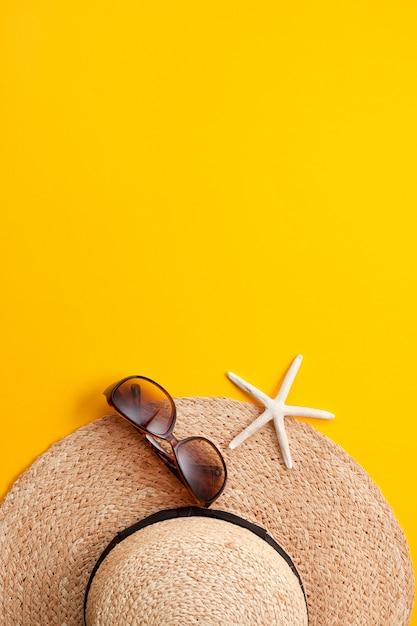 Concept de vacances d'été plat poser. accessoires de plage Photo Premium