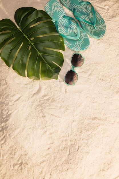 Concept de vacances tropicales avec des tongs bleues Photo gratuit