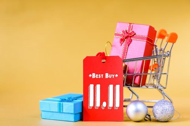 Concept de vente d'un jour chinois 11.11. mini caddie et boîte-cadeau avec étiquettes. Photo Premium
