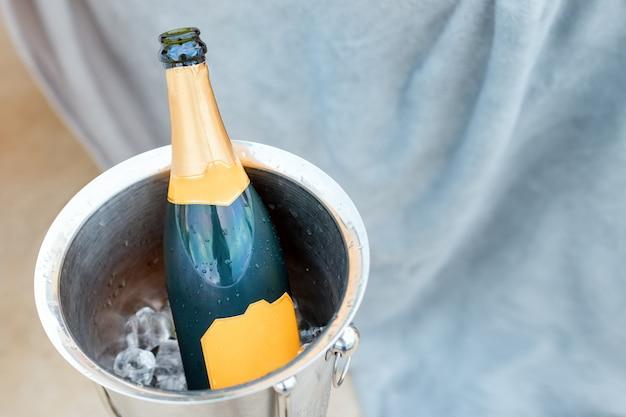 Concept De Vie De Luxe Avec Une Bouteille De Champagne Dans Un Seau à Glace. Thème De Célébration Avec Champagne Nature Morte. Photo Premium