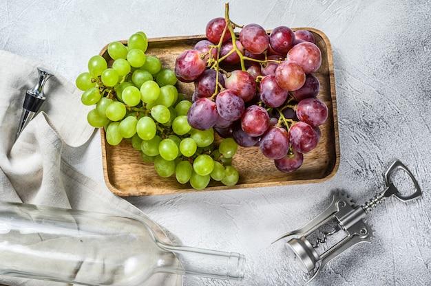 Concept De Vinification Maison. Raisins Verts Et Rouges. Fond De Vin. Photo Premium