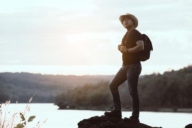 Concept de voyage avec backpacker se détendre sur la montagne Photo gratuit