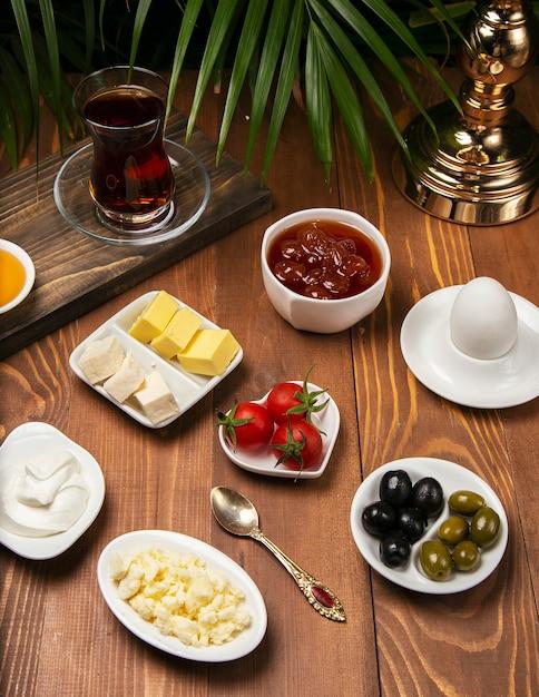 Concept de voyage: installation avec petit déjeuner turc traditionnel Photo gratuit
