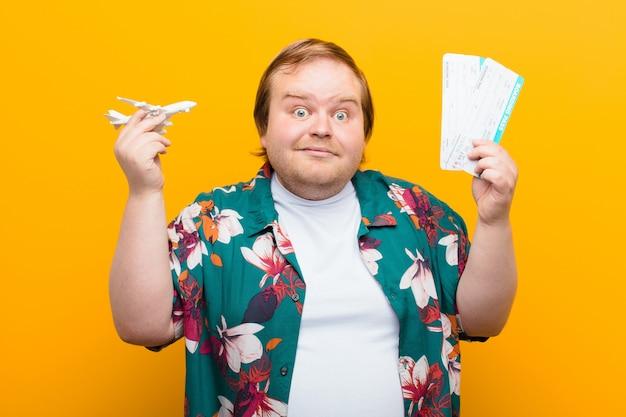 Concept de voyage jeune homme de grande taille contre mur plat Photo Premium