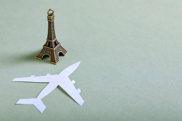 Concept de voyage, miniature de la tour eiffel Photo Premium