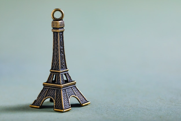 Concept de voyage, miniature de la tour eiffel Photo Premium