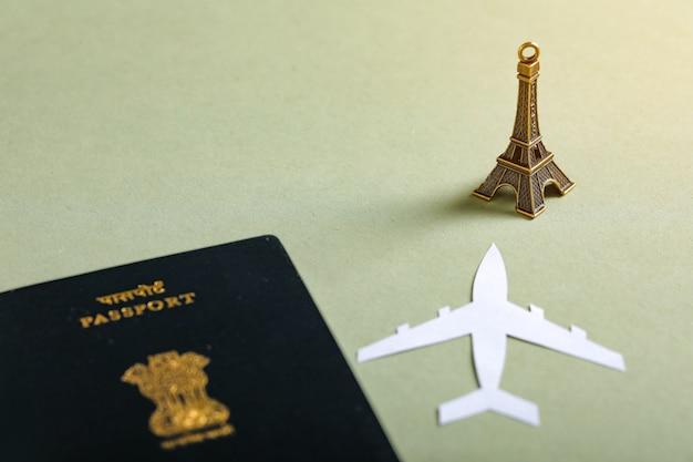 Concept de voyage, passeport indien avec avion en papier Photo Premium