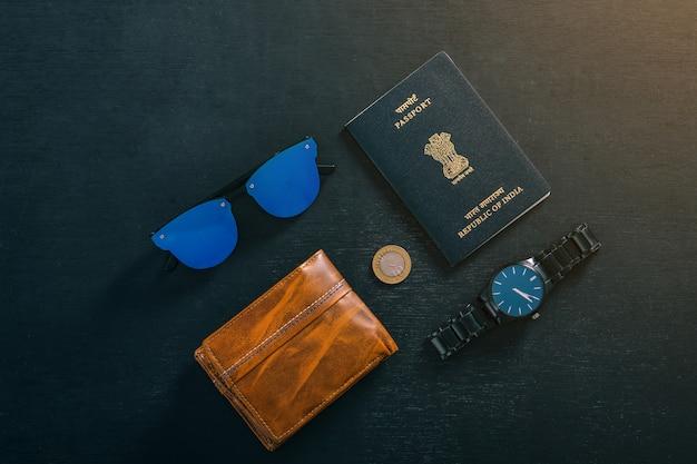 Concept de voyage, passeport indien avec montre, portefeuille, lunettes de soleil Photo Premium