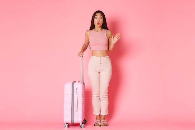 Concept De Voyage, Vacances Et Vacances. Fille Asiatique Idiote Et Mignonne En Vêtements D'été Rencontrant Des Copines à L'aéroport Photo gratuit