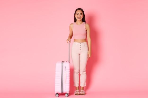 Concept De Voyage, Vacances Et Vacances. Portrait De Jolie Fille Asiatique à La Mode Se Prépare Pour La Tournée Photo gratuit