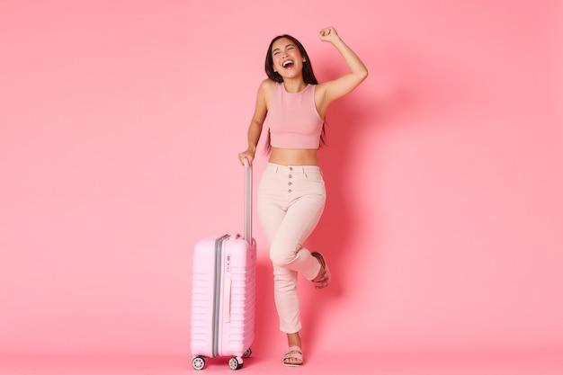 Concept De Voyage, Vacances Et Vacances. Rif Asiatique Souriante Excitée Et Heureuse Photo gratuit