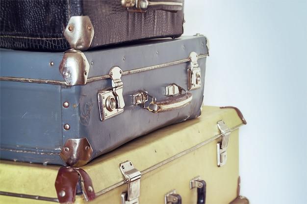 Concept de voyage vintage avec bagages. couleurs pastel Photo Premium