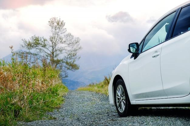 Concept de voyage. voiture, route, campagne, voiture, ciel nuageux, montagne Photo Premium