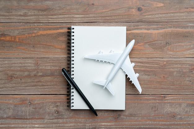 Concept de voyage de la vue de dessus avec bagages et avion Photo Premium