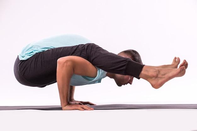 Concept De Yoga. Bel Homme Faisant Des Exercices D'yoga Isolé Sur Fond Blanc Photo gratuit