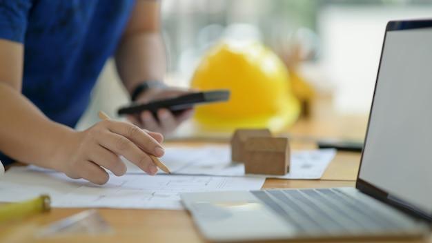 Le Concepteur Calcule Et édite Le Plan De La Maison Pour Présenter Le Client. Photo Premium