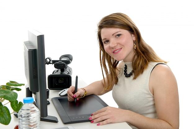 Concepteur De Jeune Femme à L'aide De Tablette Graphique Photo Premium