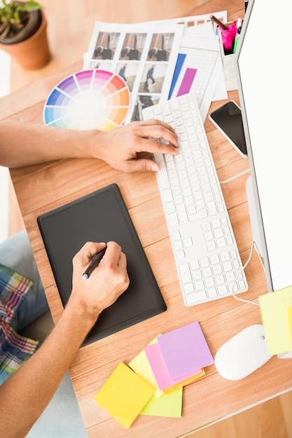 Concepteur Occasionnel Utilisant L'ordinateur Et Le Numériseur Photo Premium