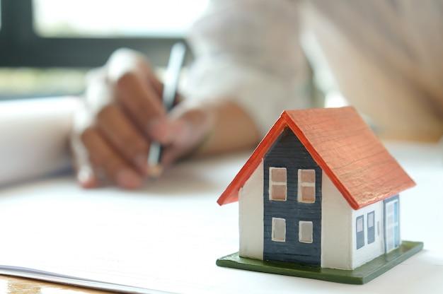 Les concepteurs conçoivent des maisons. maisons modèles et plans de maison sur la table. Photo Premium