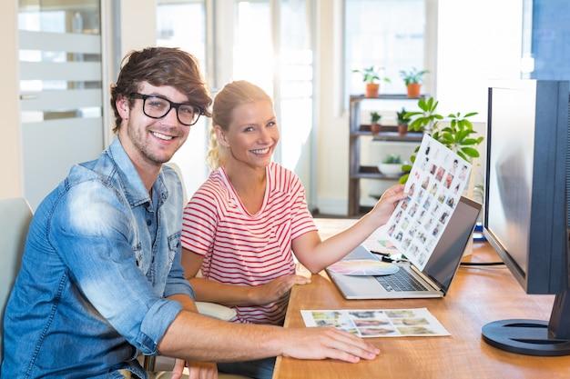 Concepteurs Souriants Travaillant Ensemble Photo Premium