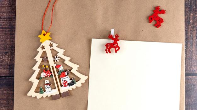 Conception De Carte De Voeux Vierge Joyeux Noël Sur Un Fond D'artisanat. Photo Premium