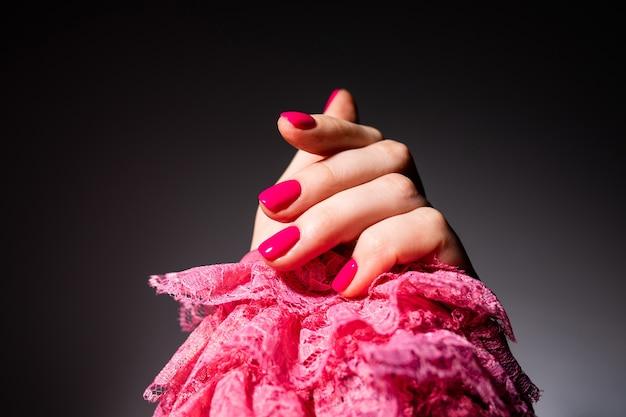 Conception D'ongles. Mains Avec Manucure D'été Rose Sur Espace Gris. Gros Plan Des Mains Féminines. Art Nail. Photo Premium