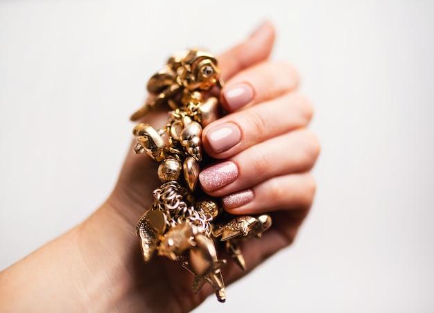 Conception D'ongles. Mains Avec Manucure Nue Brillante Sur Fond Blanc. Gros Plan Des Mains Féminines. Art Nail. Photo Premium