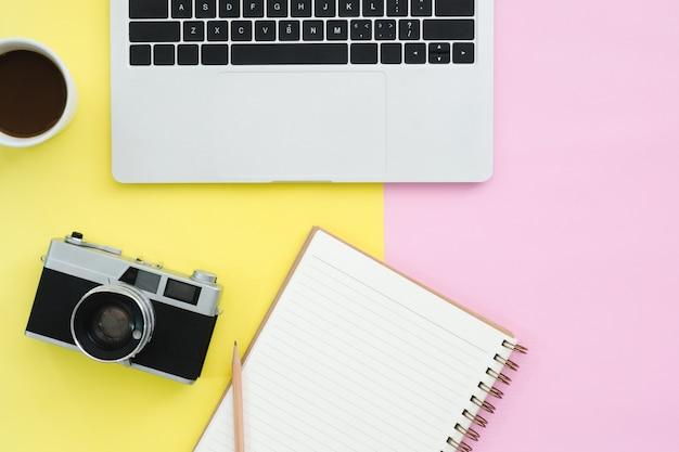 Conception de pose plate de l'espace de travail de bureau - vue de dessus maquette d'ordinateur portable Photo Premium