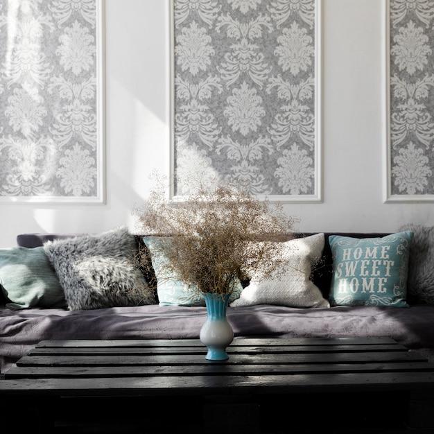 Conception de la salle de séjour avec un canapé confortable Photo gratuit