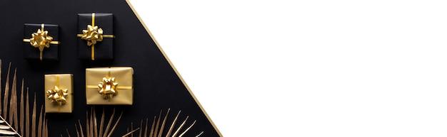 Concepts De Célébration Avec Décoration De Boîte-cadeau Or Avec Maquette De Feuille Sur Dark.anniversary Et Donnant La Conception Photo Premium