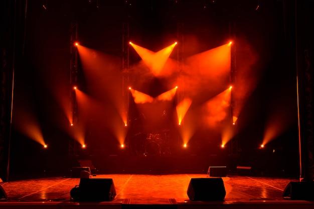 Concert de lumière, lumières colorées dans une scène de concert Photo Premium